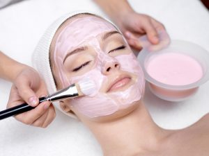 Gesichtsbehandlung mit Pinsel Kosmetik 1Plus in Köln Porz