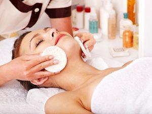 Gesichtsbehandlung von der Kosmetik 1Plus in Köln Porz